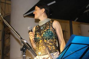 Silvia al microfono